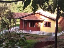 Casa Térrea, 3 Dormitórios(1 Suíte) e Varanda - Pq. das Águas Claras - Campos do Jordão/SP