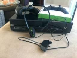 Xbox one semi-novo c/2 controles e 5 jogos