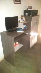 Mesa de computador com armário
