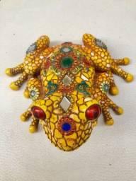 Escultura Sapo da sorte tailandês 12cm  colorido pedrarias e com espelhos