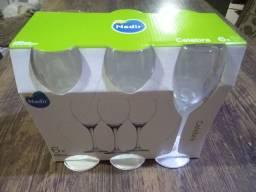 Taças de champanhe, vinho e água