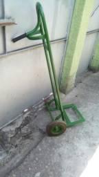 Carrinho de carga. obs: este carrinho está faltando uma. roda