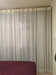 Duas cortinas com blackout e varão duplo