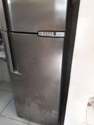 Título do anúncio: Vendo uma geladeira
