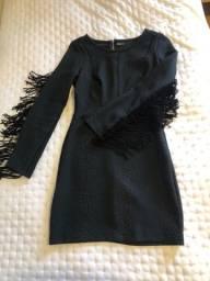 Título do anúncio: Vestido COLCCI preto, texturizado, mangas com franjas