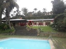 Excelente sítio com área de 10 mil m² com casa principal, casa de caseiro e área de lazer.