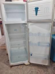 Vende-se geladeira 800,00