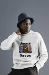"""Título do anúncio: Camisetas """"Jesus salva""""."""
