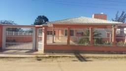 Ampla casa com dois terrenos próxima ao Centro de Jaguaruna