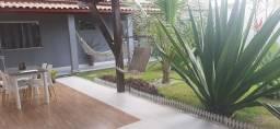 Casa arejada com jardim amplo