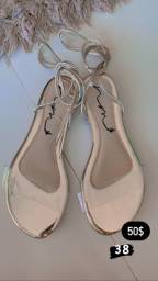 Vendo sandálias e tênis (Instagram @pe_debonecaa)