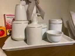 Título do anúncio: Kit higiene de bebê em porcelana