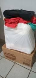 Título do anúncio: Vendo lote de roupas masculina ,feminina e infantil ,são quase 50 peças de roupas .