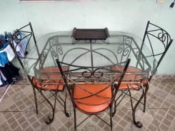 Mesa toda no ferro de vidro 4 cadeira