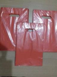Saldo de estoque-500-sacolas-plastica-alça-vazada-personalizada-tamanho-20x30cm