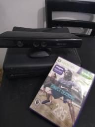 Xbox 360, com Kinect e um jogo
