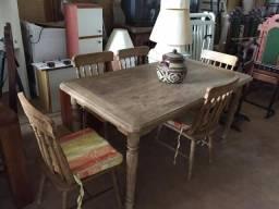 Mesa com cadeiras de madeira