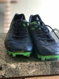 Chuteiras de campo Nike e Adidas