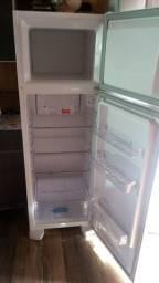 Vendo geladeira Electrolux semi nova sujeito a qualquer teste dependendo o local entrego