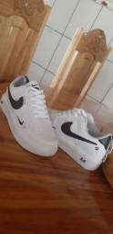 1 Par de tenis Nike Air Force Branco.