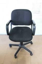 Cadeira de Escritório Preta c/ rodinhas e braço Office