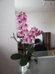 Arranjo de flores artificiais