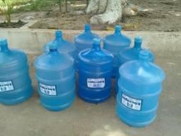 Vende se 8 galões de água. cada um 15,00 reais.