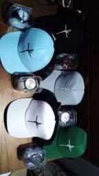 Kit bonés e relógios