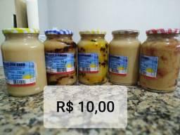 Biscoitos de São Tiago e doces delícia.