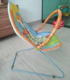 Título do anúncio: Cadeirinha Para bebê, vibra e toca música.  Está bem conservada.