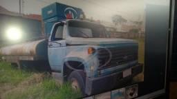 Cabine de Chevrolet e tanque de água