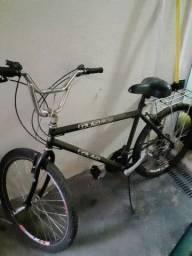 Vende se uma bicicleta e maq.de costura