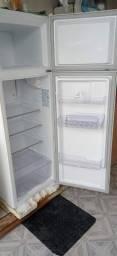 Título do anúncio: Vendo geladeira Electrolux 9 meses de uso