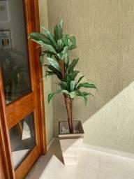 Vaso de MDF com planta artificial e pedras brancas decorativas