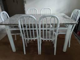Mesa branca com pedra de mármore