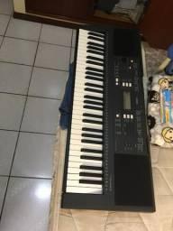 Teclado Yamaha PSR e343 com suporte e acessório de partitura