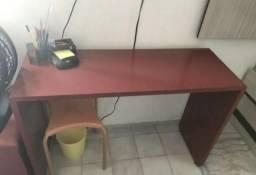 Escrivaninha vermelha