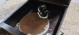 Título do anúncio: Toca discos / vitrola antiga, à manivela