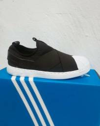 Tênis Adidas Slip On preto com branco