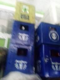 Balcao de açougue e caixas de cerveja