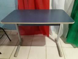 Cadeiras e mesinhas escolares e birô e estante de ferro