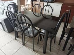 Mesas de pedra ou madeira com 04 ou 06 cadeiras