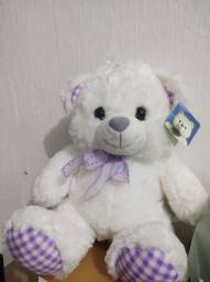 Urso de pelúcia branco e lilás