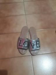 Sandalia escrito love.