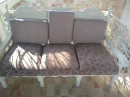 Título do anúncio: Jogo de sofá com três, lindo na cor creme com estampa