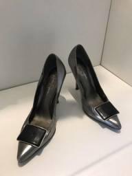 Título do anúncio: Sapato cinza metálico e preto salto médio