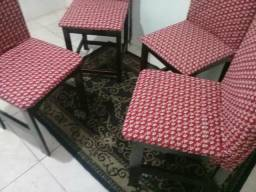 Quatro cadeiras por 200 de madeira