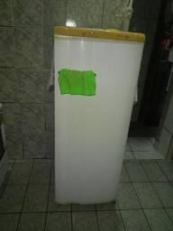 Vendo uma geladeira toda conservada