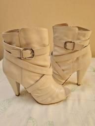 Título do anúncio: Vende- se uma bota é um scarpin