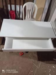 Mesa com gaveta